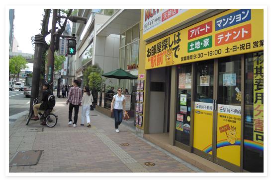 7.右手にマッサージの店があるビルです。